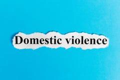 Violencia en el hogar Violencia en el hogar de las palabras en un trozo de papel Imagen del concepto Fotografía de archivo