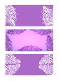 Violet Banner avec les plumes tirées par la main illustration libre de droits