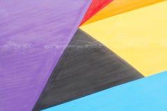 Violet coloré, rouge, jaune mur noir et par bleu peint Photos libres de droits