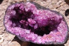 Violet die amethist in de helft met glanzende kristallen wordt gebroken Stock Afbeelding