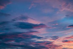Violet Heavenly Sunset Sky bonita imagem de stock royalty free