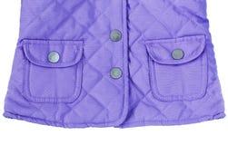 Violet purper gewatteerd jasje met zakken stock foto