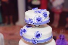 Violet Roses på bröllopstårtan Royaltyfri Fotografi