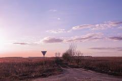 Violet-roze zonsondergang op de weg Royalty-vrije Stock Foto's