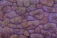 Violet Stone-Wand für raue Beschaffenheit des Hintergrundes oder der Felsen Lizenzfreies Stockfoto