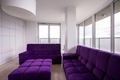 Violet vadderad soffa royaltyfria bilder