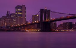 Violet World De Brug van Brooklyn, NYC stock foto