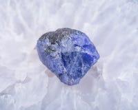 A violeta azul macia TANZANITE áspero de Tanzânia colocou em um centro druzy cristalino ágata azul natural do laço Polished da gr foto de stock royalty free