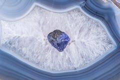 A violeta azul macia TANZANITE áspero de Tanzânia colocou em um centro druzy cristalino ágata azul natural do laço Polished da gr fotos de stock