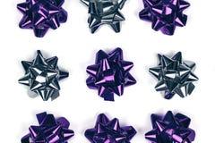 Violeta brillante y ornamento de plata del arco de la Navidad en fondo blanco aislado imágenes de archivo libres de regalías