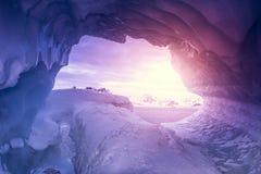 Violeta, cueva de hielo en la Antártida Imagen de archivo