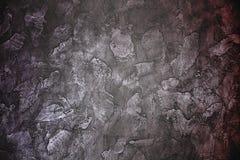 Violeta siniestra oscura y fondo rojo marrón - pared enyesada imágenes de archivo libres de regalías