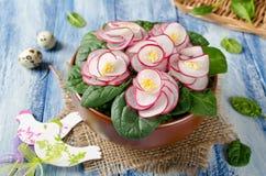 Violeta vegetal de la ensalada en la tabla de madera azul Imagen de archivo libre de regalías