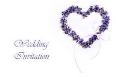 Violetas delicadas da mola na forma de um coração em um fundo branco Cartão do convite do casamento Imagem de Stock Royalty Free
