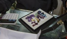 """Violetkleurig †""""Lilac mineraal Het winkelen in Jaipur stock foto's"""