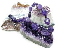 Violetkleurige geodekristallen en jeweleryparels royalty-vrije stock afbeelding