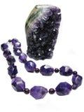 Violetkleurige geodekristallen en jeweleryparels stock fotografie