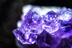 Violetkleurige Kristallen Stock Afbeeldingen