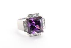 Violetkleurige ring in zilver Stock Foto
