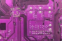 Violett bakgrund för strömkretsbräde av datormoderkortet Tekniskt avancerat datorchipelektronikmoderkort Textur för strömkretsbrä Royaltyfri Foto