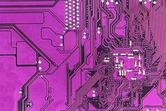 Violett bakgrund för strömkretsbräde av datormoderkortet Tekniskt avancerat datorchipelektronikmoderkort Textur för strömkretsbrä Royaltyfri Bild