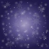 Violett bakgrund som innehåller fallande snöflingor och snö Arkivfoto