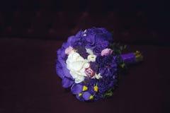 Violett brud- bukett på svart bakgrund Royaltyfri Bild