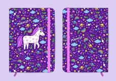 Violett förskriftsbokmall med den elastiska musikbandet och bookmarh Royaltyfri Bild