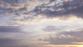 Violett himmel på skymning Arkivfoto