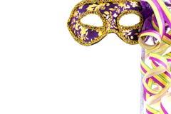 Violett karnevalmaskering med banderoller Arkivbilder