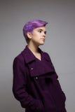 Violett-kurz-haarige Frau, die einen violetten Mantel trägt Stockfotografie