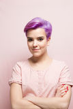 Violett-kurz-haarige Frau im rosa Pastell, lächelnd Stockfotos