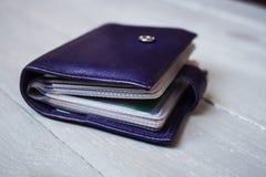 Violett läderkorthållare royaltyfri foto