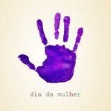 Violett mulher för handprint- och textdiameter da, kvinnors dag i portugues Arkivbilder