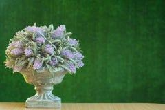Violett plast- blommar på grön bakgrund, väggen, textur Royaltyfri Fotografi