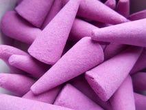 Violett rökelse i form av pyramider Arkivbilder