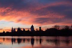 Violett solnedgång över floden royaltyfri bild