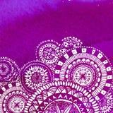 Violett vattenfärgmålarfärgbakgrund med den vita handen Arkivfoto