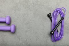 Violett vikter och överhopprep, tomt utrymme för text arkivfoto