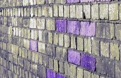 Violetta färgade tegelstenar ljusnar en gammal järnvägsbro arkivbild