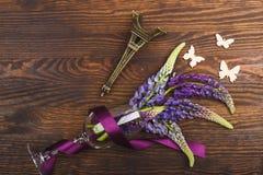 Violetta lupines i vinglaset med bandet Royaltyfri Bild