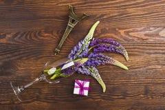 Violetta lupines på träbrädet Royaltyfri Bild