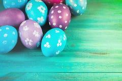 Violetta och blåa easter ägg på en blå träbakgrund lyckliga easter Royaltyfria Foton