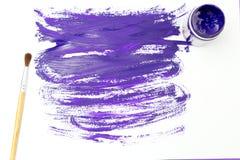 Violette Farbe mit einer Bürste und Veilchenabstriche auf einem weißen backgroun Stockbilder