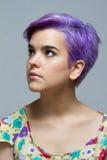 Violette kurzhaarige Frau, die oben schaut Lizenzfreies Stockbild