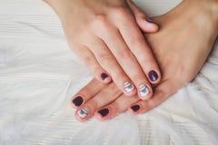 Violette Nagelkunst mit weißem Druckbogen Lizenzfreie Stockfotografie