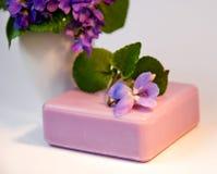Violette natuurlijke zeep Royalty-vrije Stock Afbeeldingen