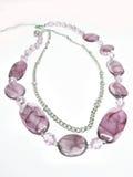 Violette parels met zilverachtige ketting Stock Foto's