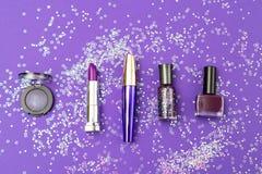 Violette schoonheidsmiddelen op een ultraviolette achtergrond met lovertjes in o royalty-vrije stock afbeeldingen
