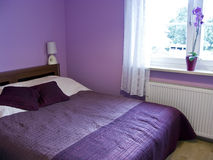 Violette slaapkamer Royalty-vrije Stock Afbeelding